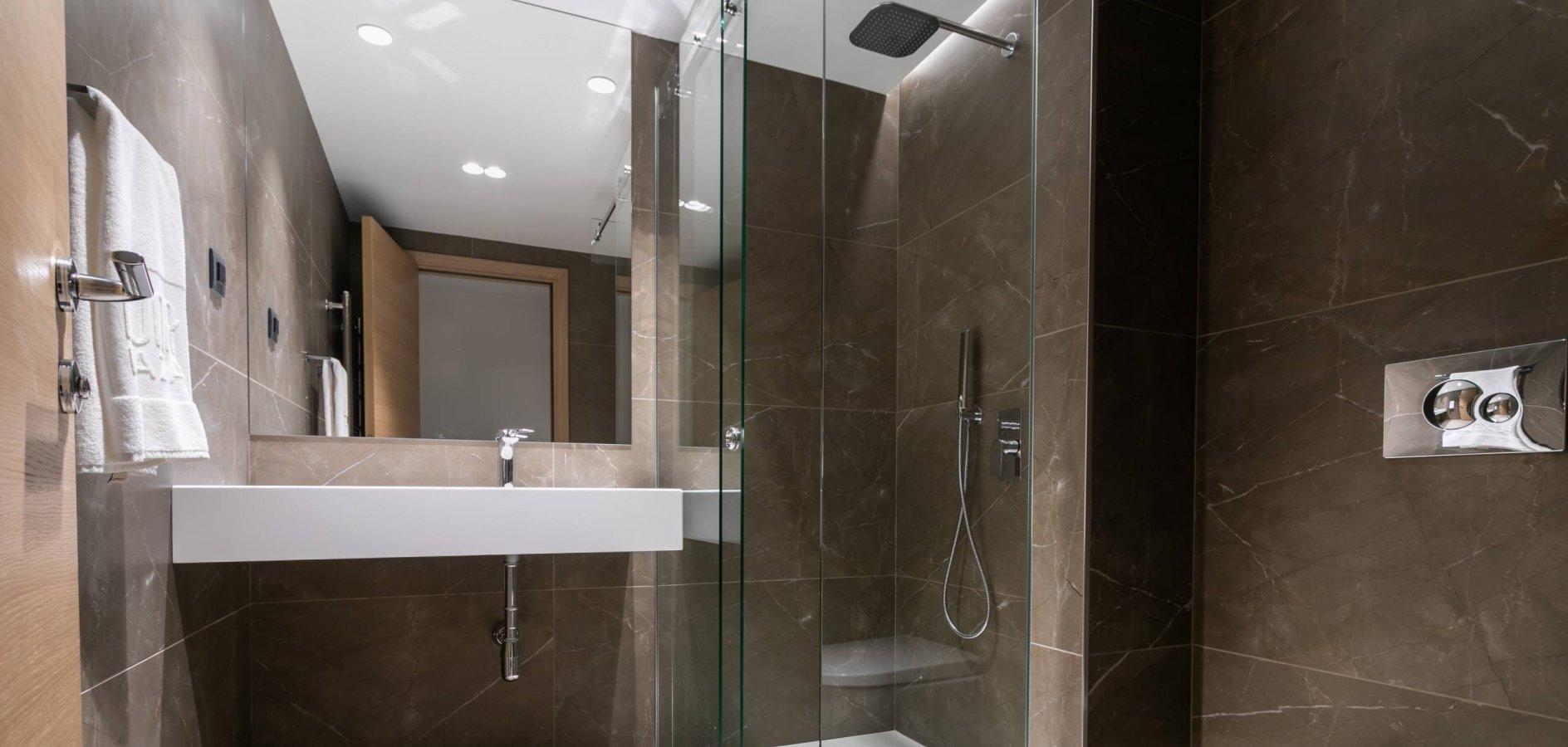 Mona Plaza Hotel, bathroom
